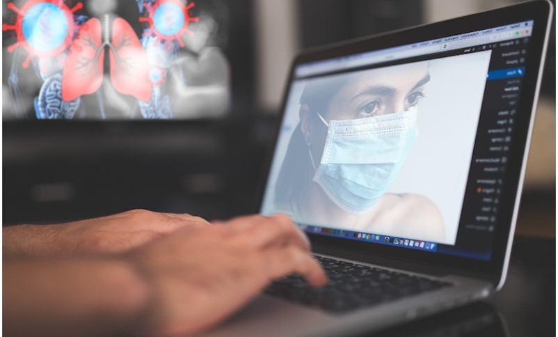 Bilete syner kvinne med munnbind på ein PC-skjerm