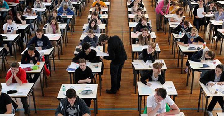 Elever i et eksamenslokale