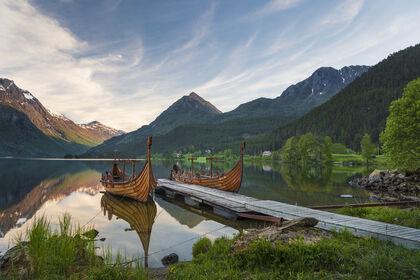 Biletet er av Vikingskipa i Bjørkedalen