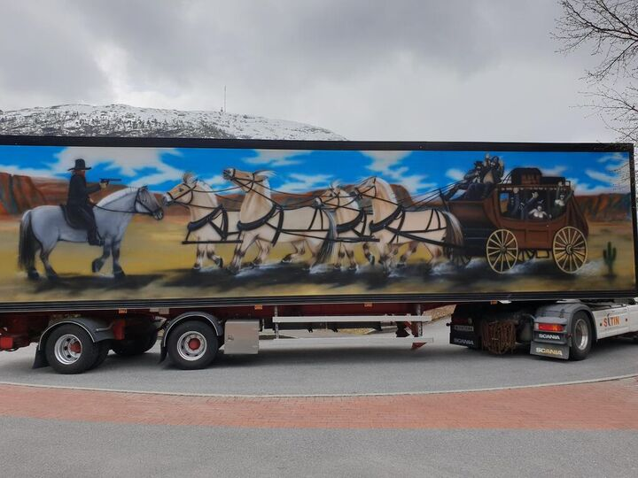 Lastebiltralle dekorert i Westernstil med fjordhestar