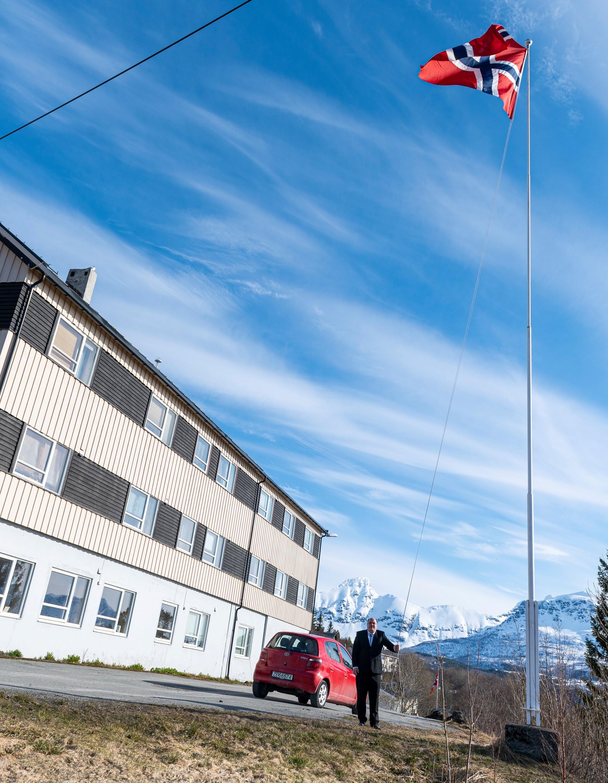 Tommy Enoksen heiser flagget 17.mai 2020 ved Ibestad kommunehus