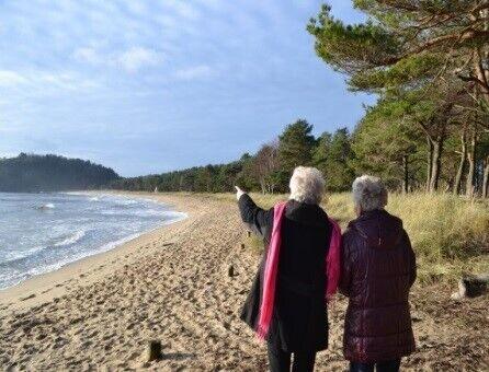 Damer på stranden