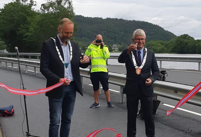 Fylkesordfører Arne Thomassen og varaordfører i Lindesnes Svein Jarle Haugland  åpner gang og sykkelvegen.