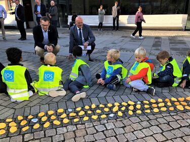 Statsråd Ropstad og ordfører Larsen fikk en prat med noen av kunstnerne som har laget