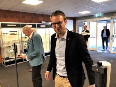 -På denne skolen kommer ingen inn lenger uten å lukte sprit, sa rektor Thorkild Odd Haus til stor latter da statsråd Kjell Ingolf Ropstad ankom.