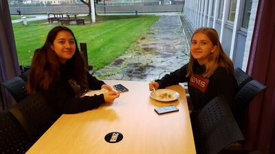 2 elever et graut i kantina