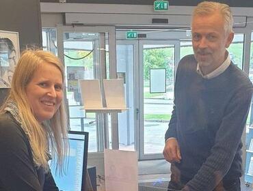Biblioteksjef Kristin Hatledal og rektor Stryn vidaregåande skule Anders Bruvoll   Foto: Stryn vgs