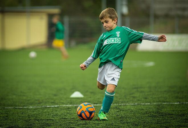 Gutt med ball