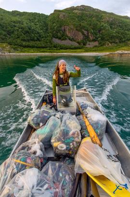 Daglig leder Tine Marie på søppelrydding utenfor kysten av Tromsø. Foto: Bo Eide
