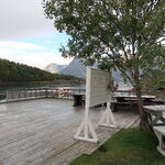 Benker og bord med flott utsikt. Foto: Solveig Enoksen