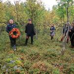 Kransenedleggelse ved de sovjetiske krigsfangegravene ved ordfører i Lyngen Dan Håvard Johnsen. Foto: Solveig Enoksen