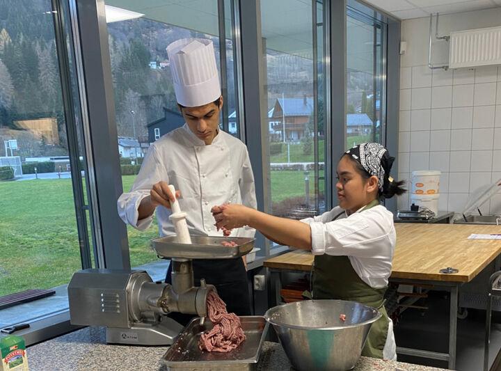 Elevar ved resturant og matfag som lager kjøtdeig