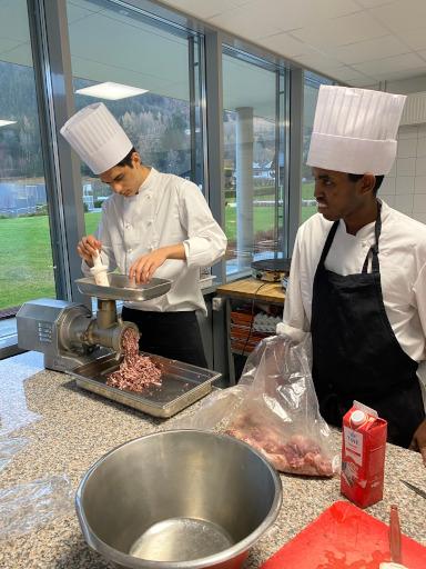 Elev som lager kjøtdeig
