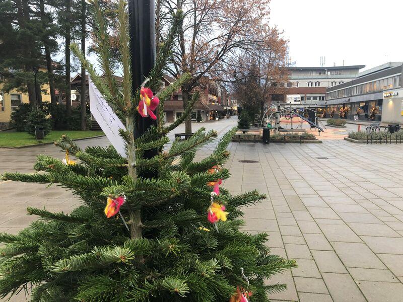 Barnehagene er i gang med å pynte juletrær i sentrum. Dette er fra Søndagsbakken barnehage.
