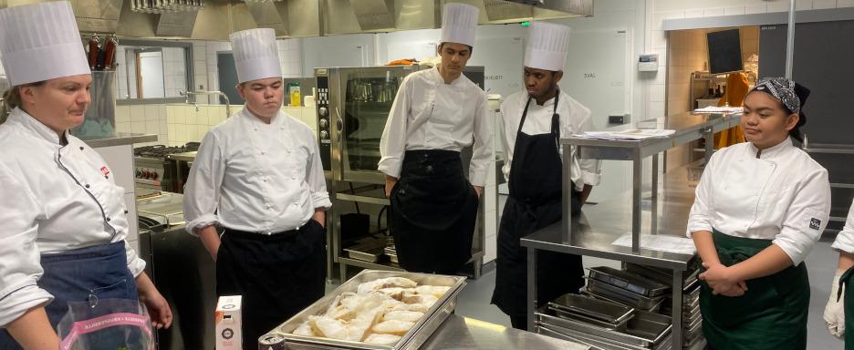Elevar ved restaurant- og matfag på kjøkenet
