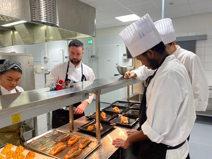 Elevar som lagar mat