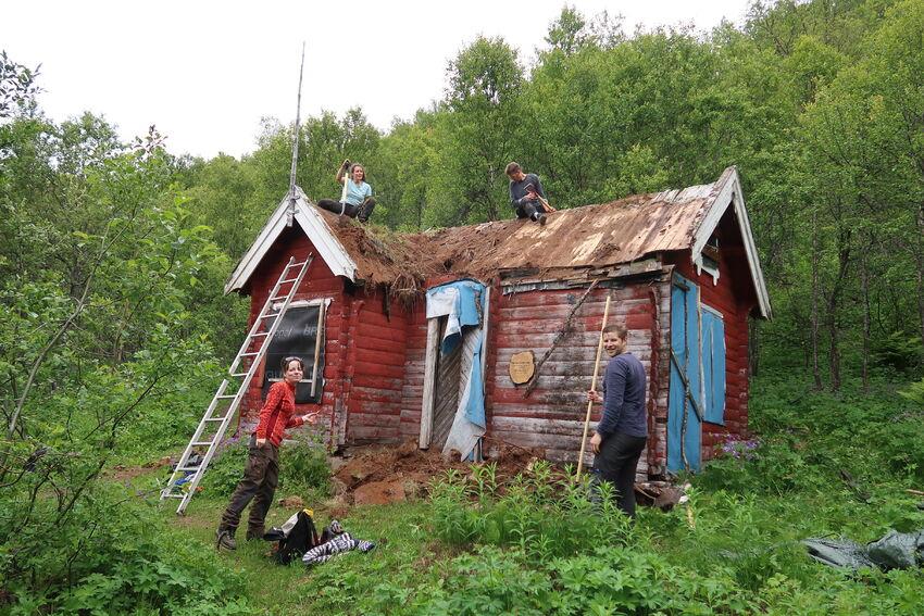 Torvtaket ble fjernet på dugnad i 2019. Foto: Tine Marie Valbjørn Hagelin