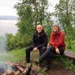 Grunneier Johnny og daglig leder i friluftsrådet, Tine Marie Valbjørn Hagelin, ved gammehuken. Foto: Toril Skoglund