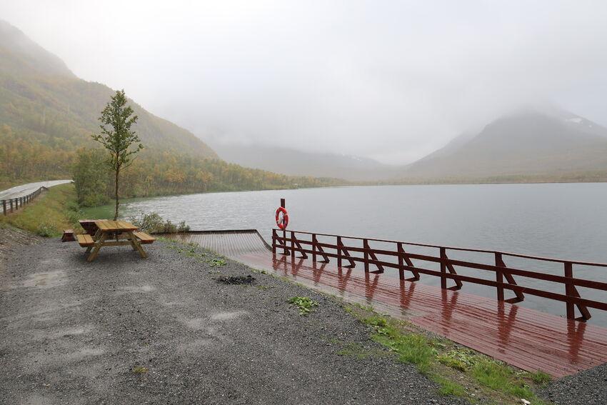Rasteplass og flott fiskebrygge tilrettelagt for rullestolbrukere. Foto: Tine Marie Valbjørn Hagelin