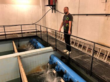 Stein Erik Larsen med der grunnvannet fra Drivenesøya luftes i vannbehandlingsanlegget ved Storevollhei.