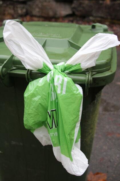 Kva avfallsdunk du knyt ein pose på bestem kva du får utlevert. Biletet syner ein restavfallsdunk med handlenett knytt på, som betyr ny rull med plastsekk til emballasjeplast