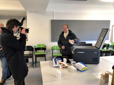 Vennesla Tidende fotograferer det historiske øyeblikket da kommuneoverlege Per Kjetil Dalane kommer med vaksine til Venneslaheimen