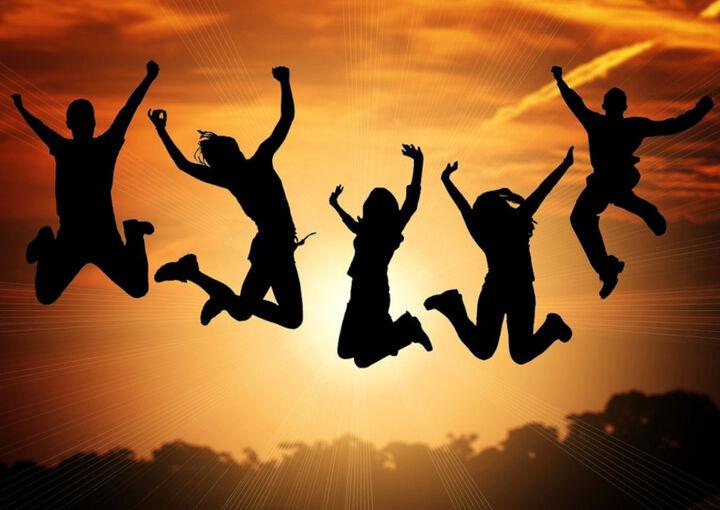 Ungdom som hoppar i solnedgang
