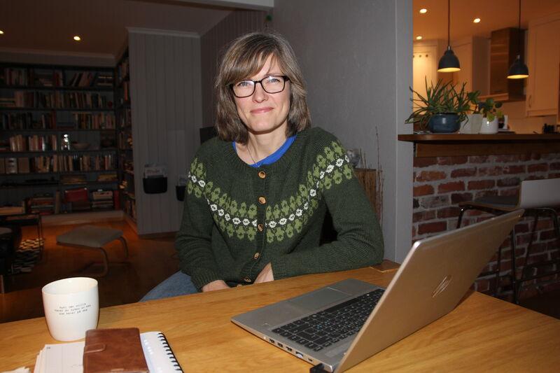 Jannicke Usterud var utsatt for en alvorlig ulykke på isen. Hun var allerede på hjemmekontor da koronaen kom. Ett år etterpå stortrives hun hjemme ved kjøkkenbordet.