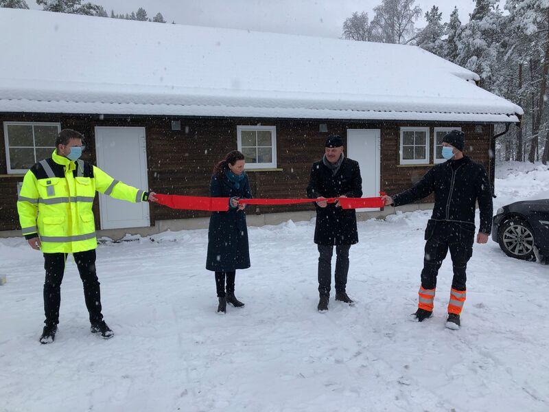 Ordfører Gro Anita Mykjåland og ordfører Nils Olav Larsen  klipper båndet til kalkanlegget på Skaiå, mens Egil Mølland fra Veland og Rune Schellingerhøut fra Vennesla holder i hver sin ende.