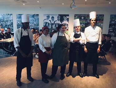 Elevar ved Reaturant- og matfag på besøk hjå Sogndal fotball
