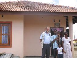 Familien foran sitt nye hus sammen med Terje Heggernes.