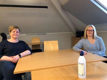 Anne Katrine Hildebrandt (t.v) og Birte Mønsted leder Bemanningskontoret. På ett år har de greid å spare kommunen for millionutgifter til overtid.