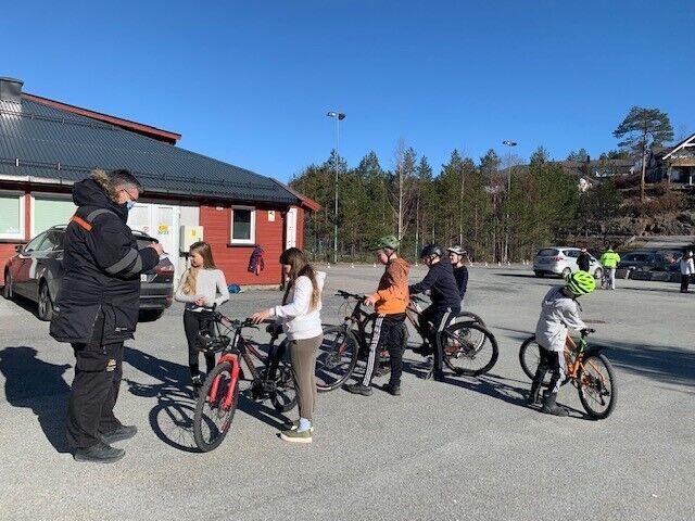 Femtreklassingene på Skarpengland kommer for å få sjekket sykkelen hos Tom Erik Dønnestad i Nulvisjonen
