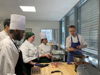 Elevar frå RM og kokk frå Quality hotell lagar konfekt