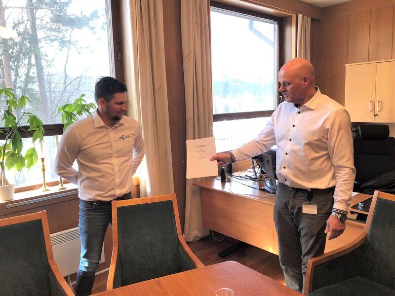 Ordfører Nils Olav Larsen og Telenors Anders Berg Westgaard med Stallemokontrakten.