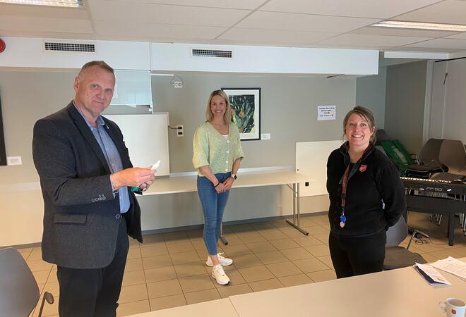 Fra venstre: kommuneoverlege Viggo Lütcherath, Margareth Wiig miljøterapeut i Housing First og Margrethe Holte daglig leder i Frelsesarmeens rusomsorg.