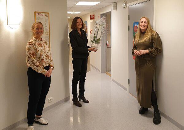Barnevernleder Tove Ørsland ønskes velkommen på rådhuset av ordfører Magnhild Eia og ledende helsesykepleier, Sylvia Imhof