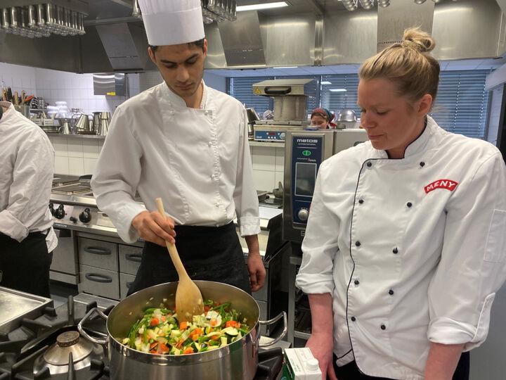 Elev og tilsett ved Meny lagar mat