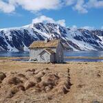 Gammelhuset til Troms Turlag i Skipsfjorden, med Kvalkjeften i bakgrunnet. Foto: Laura Bunse