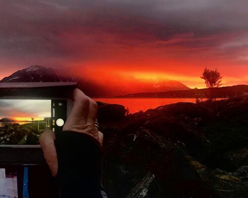 Dramatisk midnattsol i skyene