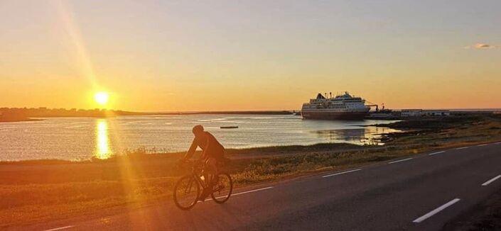 Ulf Alexandersen - syklist og hurtigrute i solnedgang