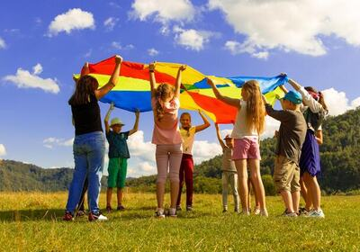 barn leker ute