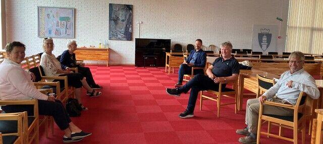 De som skrev under var: Even Tronstad Sagebakken (ordfører), Melvin Kleiven (daglig leder Lindesnes frivilligsentral), Reidun Bruskeland Hinna (daglig leder Mandal frivilligsentral), Jan Arild Wigemyr (styreleder Mandal frivilligsentral), Astrid Leirkjær (daglig leder Marnardal frivilligsentral) og Brit Mjåland (Marnardal frivilligsentral).