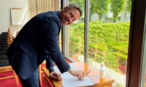Ordføreren signerer samarbeidsavtalen