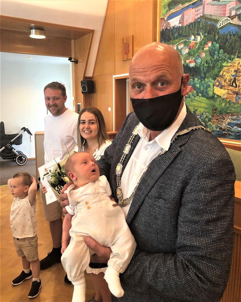 Elias Hægeland (født 25. mai) er innbygger 15.000 i Vennesla kommune. Her holdes han av en stolt ordfører. Bak: Endre, Isabell og Øyvind Hægeland.