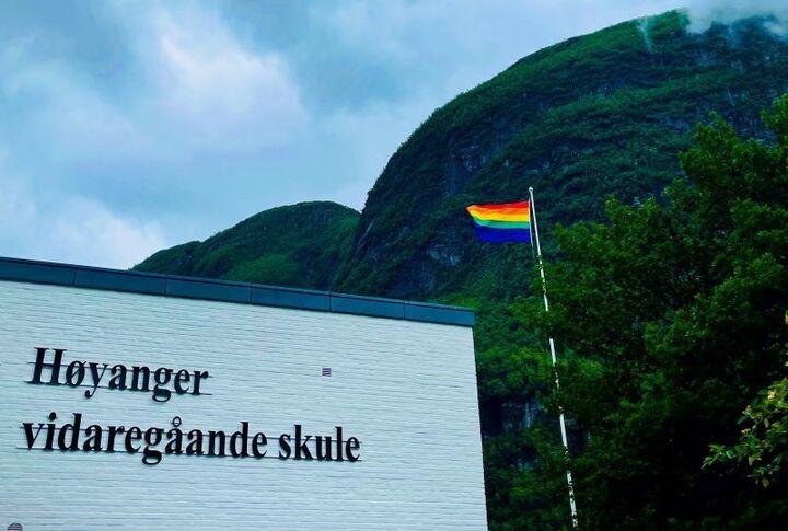 Prideflagg utanfor skulebygningen