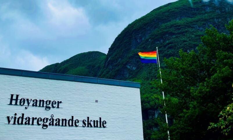 Prideflagg ved skulebygningen