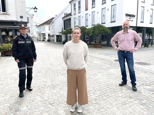 F.v: Varaordfører Svein Jarle Haugland, SLT-koordinator Anette Strandmyr Fidje og politistasjonssjef Anne Margrethe Ruud.