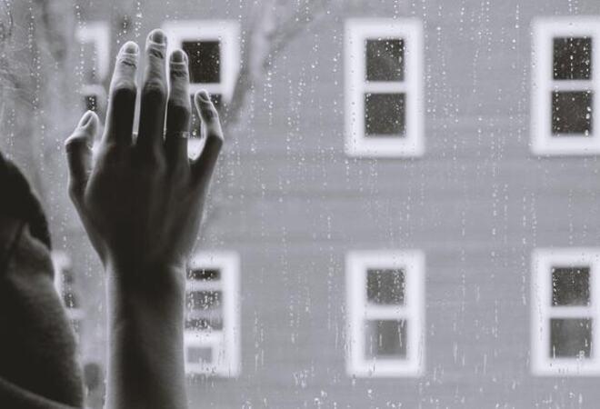 Hånd på vindu