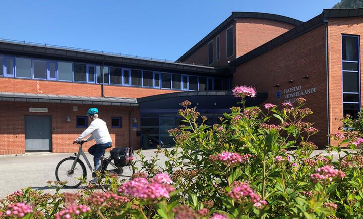 Hafstad vgs, kvitkledt syklist sommaren 2021 (Foto - Mona Fossdal)